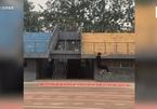 Sinh viên Trung Quốc dùng 'khinh công' nhảy qua hàng chục chiếc cốc giấy