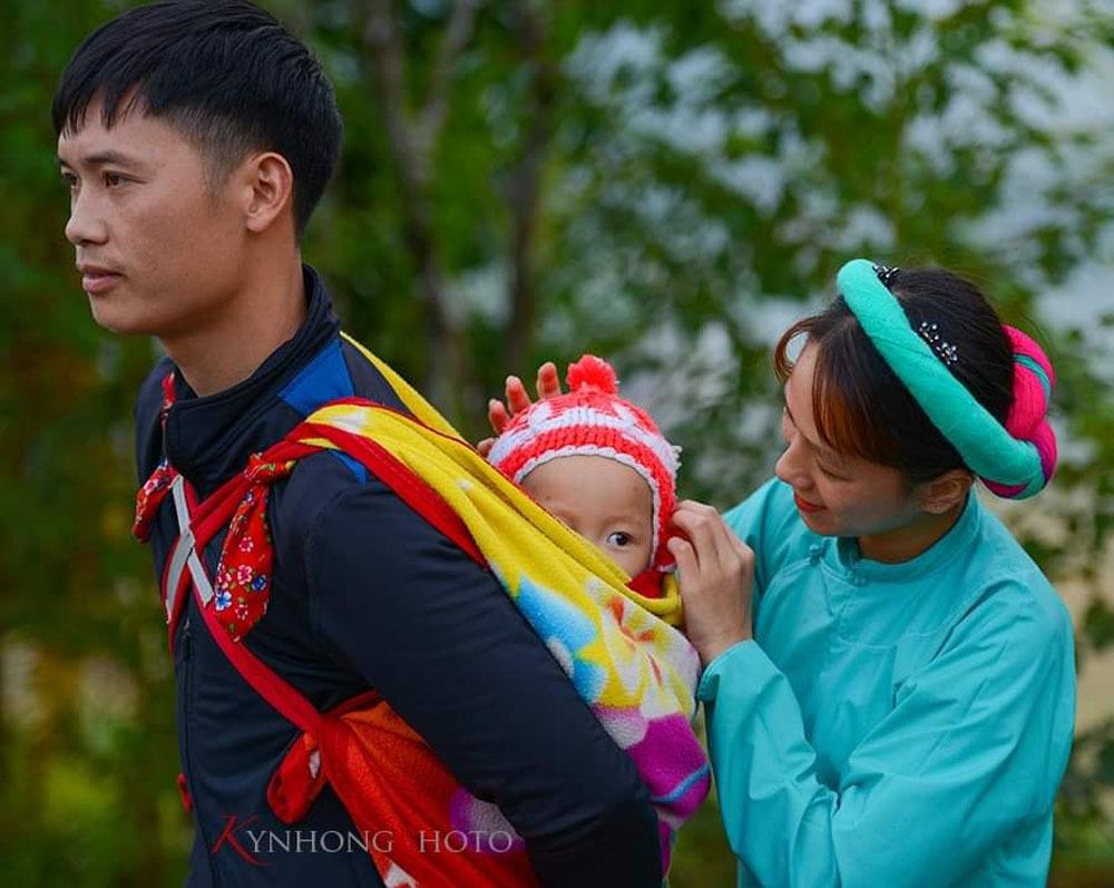 Thôn nữ mặc váy rực rỡ tranh bóng ở Quảng Ninh