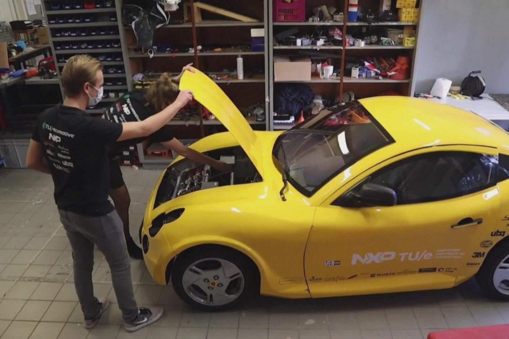 Sinh viên chế tạo xe ô tô hoàn toàn từ rác thải, đạt vận tốc 220 km/h