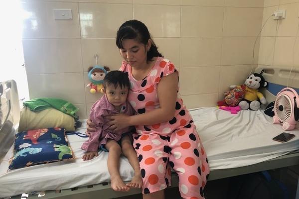 Bé trai 4 tuổi thoi thóp chiến đấu với căn bệnh hiểm nghèo