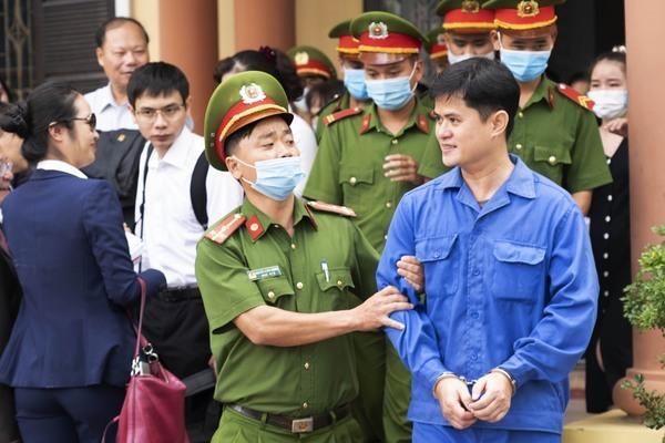 'Nóng' phiên xử bác sỹ bị cáo buộc hiếp dâm đồng nghiệp ở Huế
