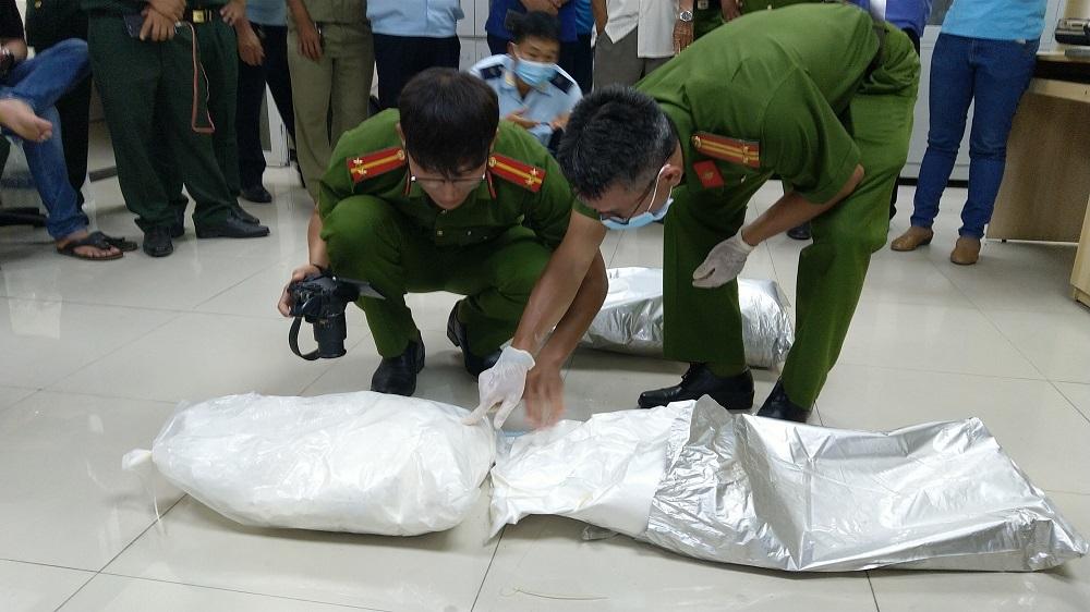 Công an An Giang phát hiện hơn 30kg ma túy được giấu tinh vi trong thùng hàng