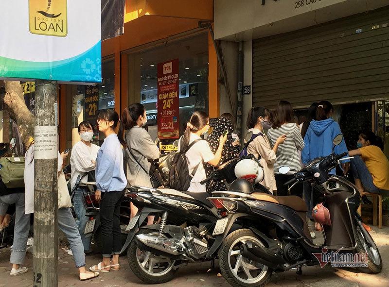 Xếp hàng mua dồ giảm giá ngày Black Friday tại Hà Nội