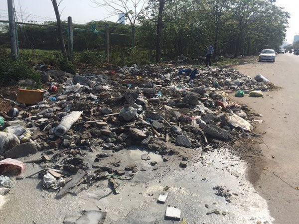 Illegal dumping in public still plagues Hanoi