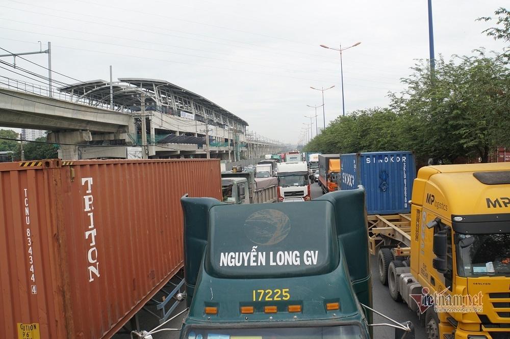 Cả phía Đông Sài Gòn kẹt cứng, đi 3 tiếng nhích được 1km