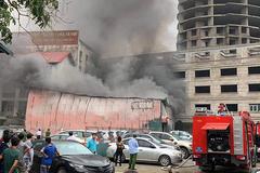Cháy xưởng in trên phố Định Công, tháo chạy cả loạt xe tiền tỷ