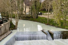 Lật xe, hàng ngàn lít sữa khiến dòng kênh trắng xoá