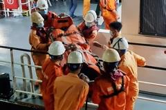 Xuyên đêm vượt sóng lớn, cứu 2 ngư dân gặp nạn trên biển