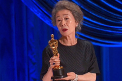 Sao Hàn vỡ òa vì 'chiến thắng đỉnh cao' của Youn Yuh Jung tại Oscar