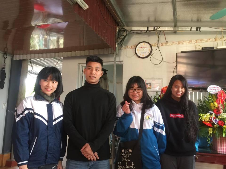 Nữ sinh e lệ selfie với hậu vệ Văn Thanh