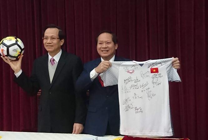Đấu giá quà U23 Việt Nam tặng Thủ tướng để làm từ thiện