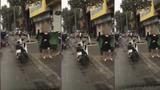 Người phụ nữ bực bội, nhặt đất ven đường, ném thẳng vào kính ô tô