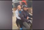 Thủ môn U23 bỏ ô tô sang xe máy cũ ngồi với bố về nhà