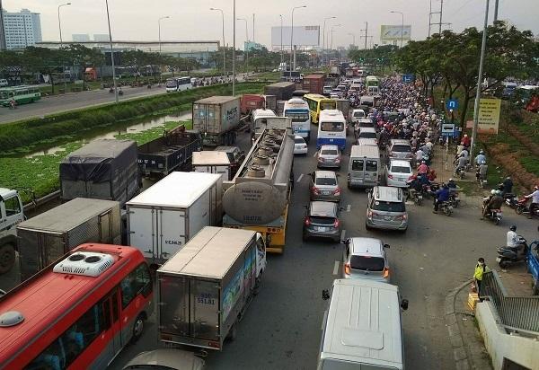 Hàng ngàn người 'kẹt cứng' dưới triều cường ở cửa ngõ Tây Sài Gòn