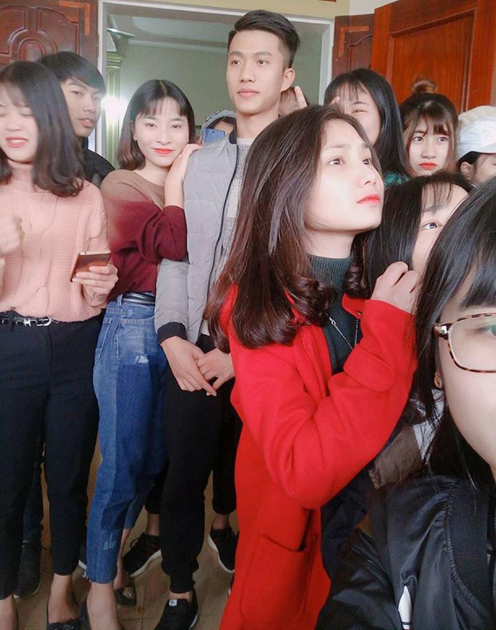 Hàng trăm thiếu nữ vây kín nhà Văn Đức đòi làm 'con dâu'