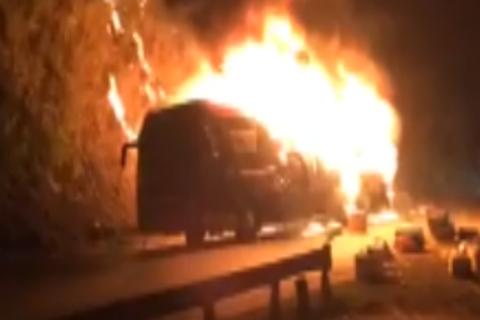 Xe khách giường nằm bốc cháy dữ dội tại đèo Pha Đin