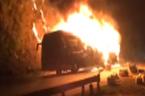 Xe khách bốc cháy dữ dội trên đèo Pha Đin