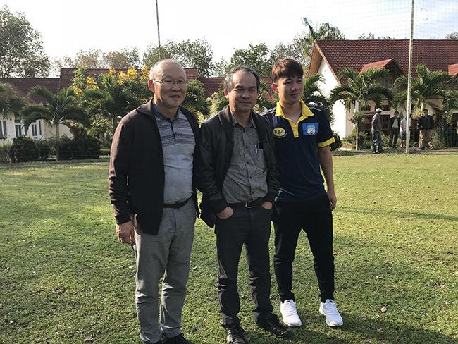 Bầu Đức cùng 'đám trẻ' U23 Việt Nam nhận bằng khen