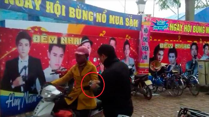Hà Tĩnh: Cán bộ phường bỏ làm đi trông xe hội chợ