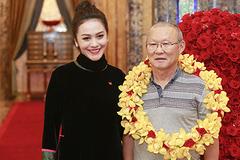 Vợ Thanh Bùi mặc áo dài tiếp đón HLV Park Hang Seo và đội U23 Việt Nam