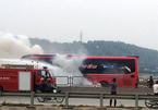 Xe khách cháy mù mịt, hàng chục người hoảng loạn