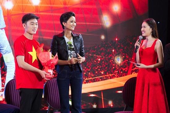 Đông Nhi, H'Hen Niê, Quang Hải, U23 Việt Nam