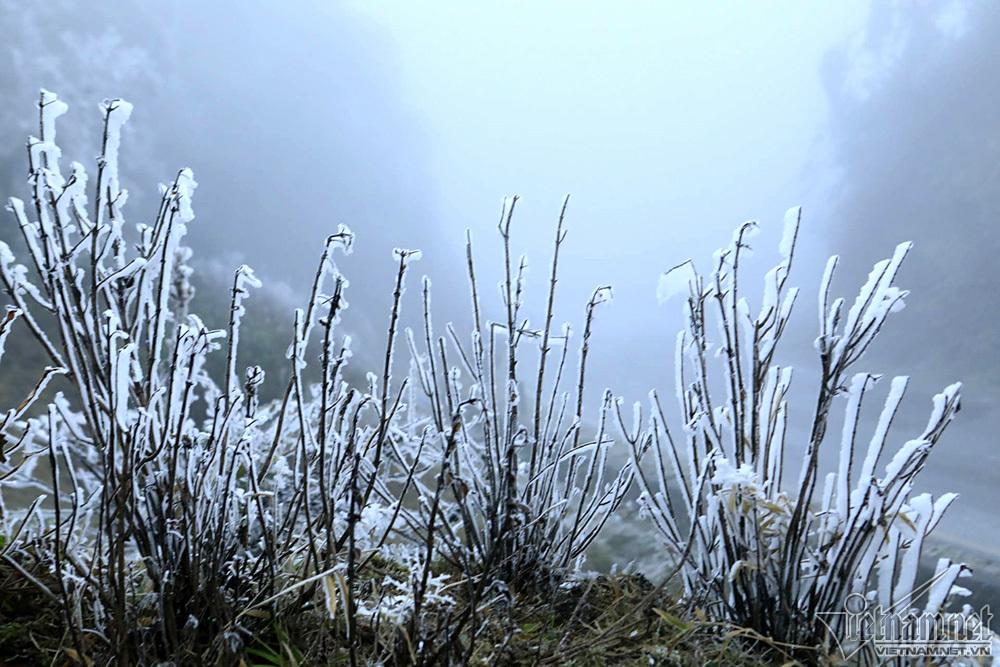 Băng tuyết phủ trắng đỉnh đèo Ô Quý Hồ, mặt đường trơn trượt