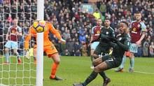 Bó tay với pha bỏ lỡ của Sterling khiến Man City mất điểm