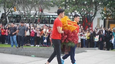 U23 Việt Nam dâng hoa Bác Hồ ở phố đi bộ Nguyễn Huệ