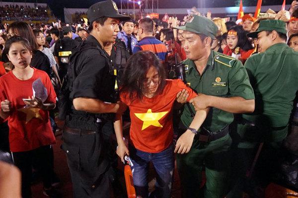 Cổ động viên ngất trong gala giao lưu với U23 Việt Nam
