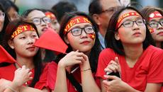 Công Phượng tặng son Mỹ Tâm, fan nữ ngất xỉu ở sân Thống Nhất