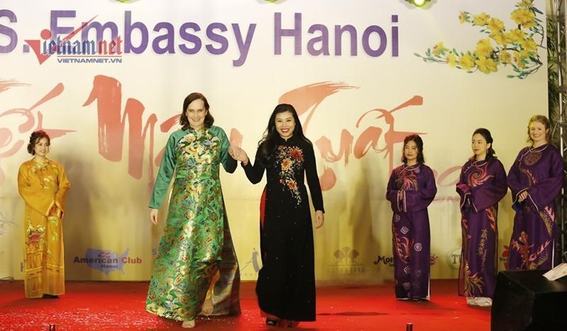 Đại sứ Mỹ cùng vợ con trình diễn áo dài Việt Nam