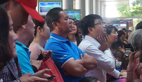 Nghìn người chen chân đón Việt Kiều về quê ăn Tết ở sân bay Tân Sơn Nhất