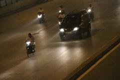 Buổi tối bật đèn chiếu xa xe máy có bị CSGT xử phạt?