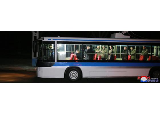 Nửa đêm, Kim Jong Un ngồi thử xe buýt điện