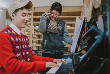 Clip hậu trường buổi tập bí mật giữa Sơn Tùng và con trai diễn viên Quốc Tuấn