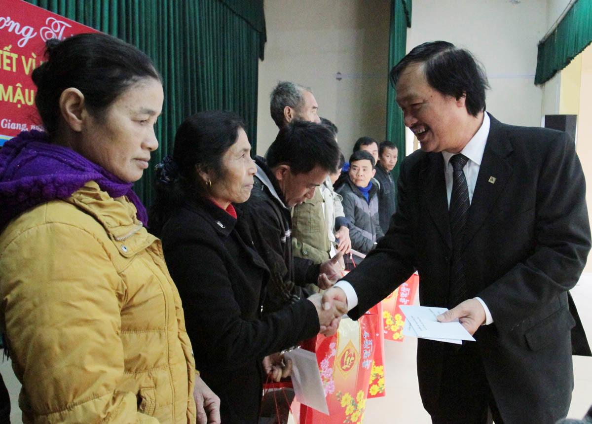 Trao quà Tết trị giá hơn 100 triệu đồng cho người nghèo Nghệ An