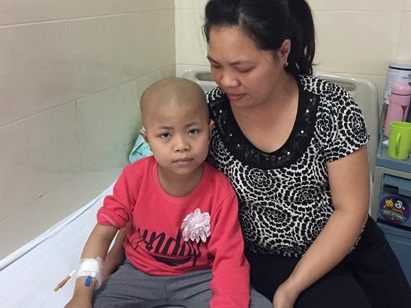 Mẹ nghèo ăn bánh mì cầm hơi, dành tiền chữa bệnh cho con