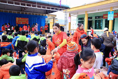 Yan My tặng áo ấm cho học sinh Hòa Bình
