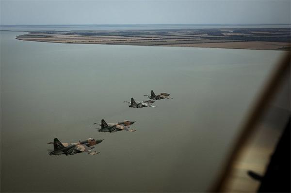 """Sức mạnh đáng nể của chiến cơ """"chân ếch"""" Su-25"""