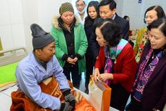 Trưởng ban Dân vận tặng quà cho bệnh nhân ung thư nghèo