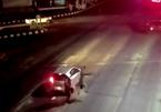 Xe máy phóng như điên tông cực mạnh vào ô tô dừng đèn đỏ
