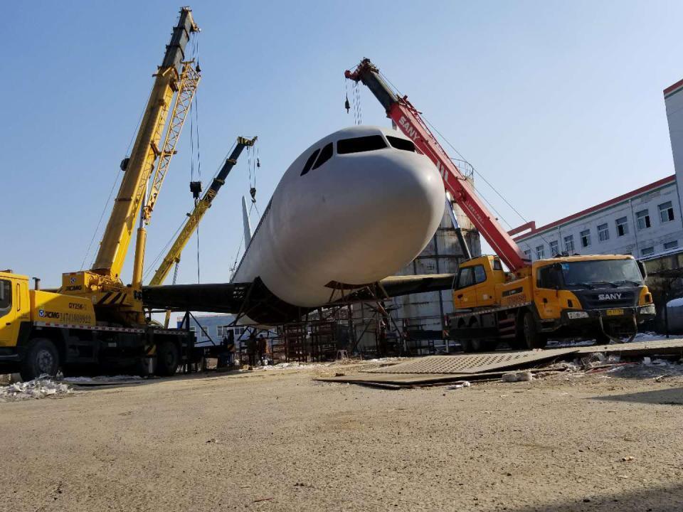 Nông dân chi gần 3 tỷ dựng mô hình máy bay bằng nửa tòa cao ốc