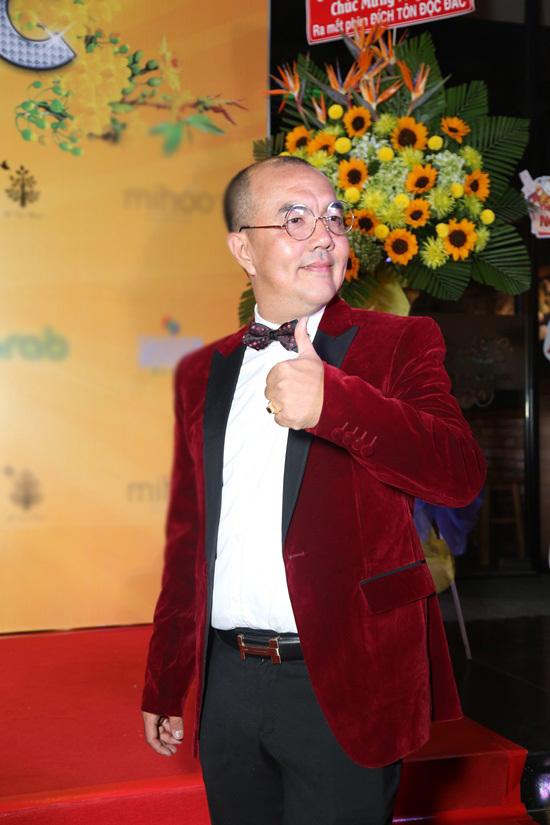 Hoài Linh ăn mặc xuề xòa, đi dép lê ra mắt phim Tết