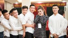 Huyền My e thẹn bên dàn trai đẹp U23 Việt Nam