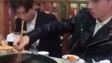 Cách xử trí với lũ bạn nghiện điện thoại ngay cả lúc đi ăn