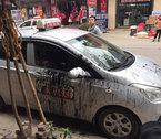 Ô tô đỗ trước cửa hiệu sửa xe máy: Hứng trọn cả chai dầu luyn