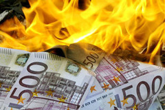 Hai người đàn ông mang tiền ra đốt để thi xem ai giàu hơn
