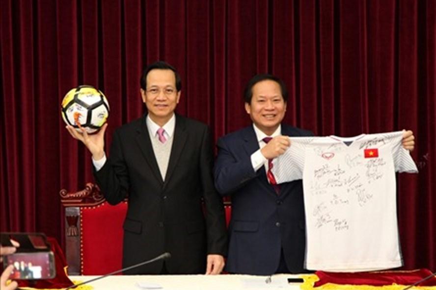 Đấu giá áo và bóng U23 tặng Thủ tướng, khởi điểm 2 tỷ