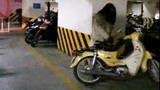 Thiếu nữ bức xúc trong hầm để xe vì ...mất mũ bảo hiểm